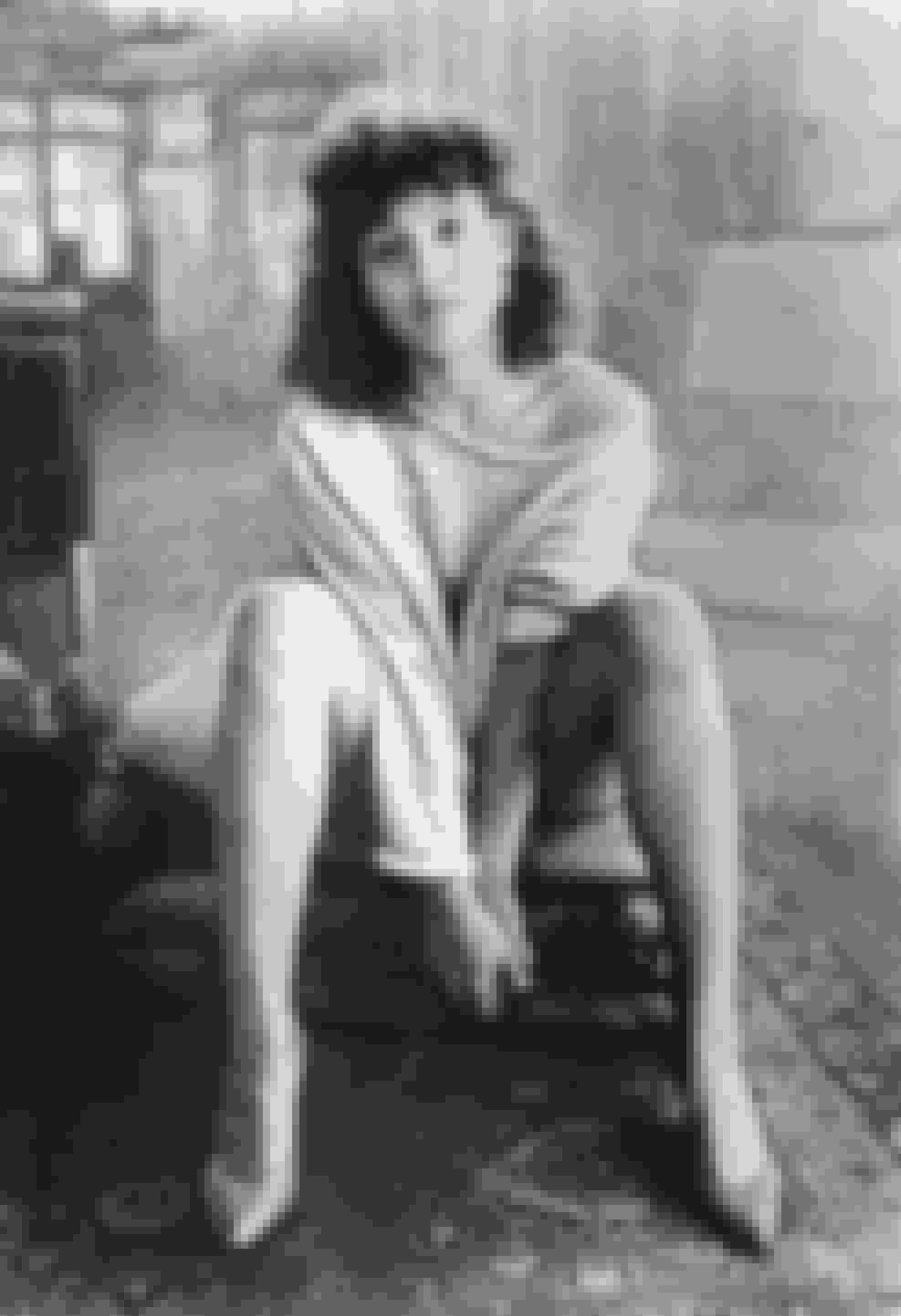 Flashdance (1983)Jennifer Beals spiller Alex Owens i denne klassiske dansefilm, om en ung kvinde som arbejder som svejser i dagtimerne, og eksotisk danser når natten falder på, i håbet om at blive professionel danser. Det var også denne film som gjorde off-shoulder sweatshirten moderne.