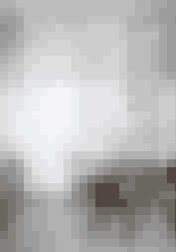 Er resten af rummet roligt, kan du med succes blande stole af både dansk og udenlandsk design for at give spisepladsen et opgraderet udtryk. De to stole og Kinabænken er designet af henholdsvis Hans J. Wegner, Thonet og Cherner og forhandles af PP Møbler, Thonet Vienna og Cherner Chair Company. Spisebordet Guéridon, tegnet af Jean Prouvé, fås hos Paustian. Over bordet hænger en klassisk hvid PH-lampe.