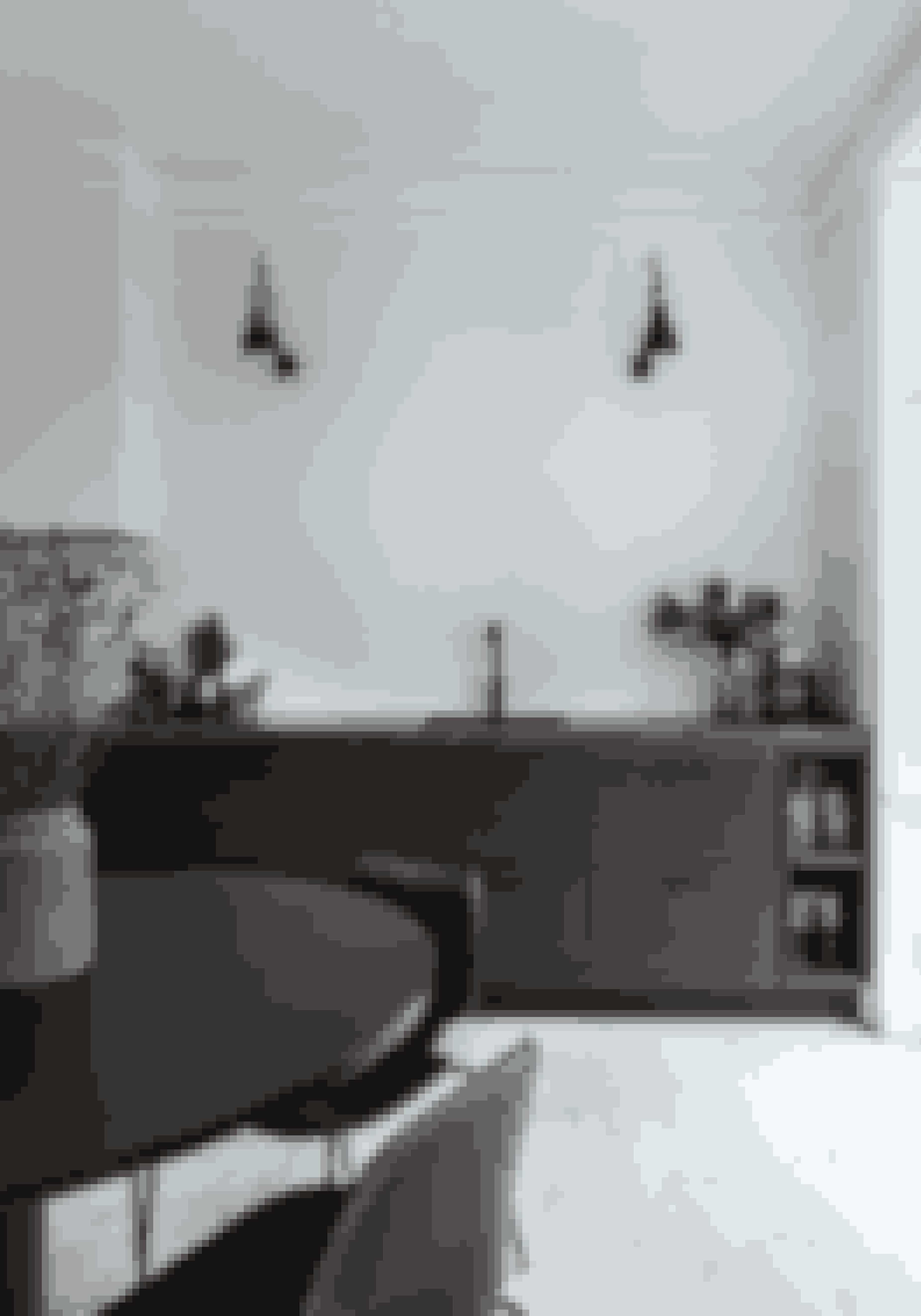 Skal du bygge nyt køkken, så tænk over at lave små åbninger ved siden af elementerne, hvor du kan sætte pæne glas og skåle frem. Det får køkkenet til i højere grad at fremstå som et møbel og giver stemning i rummet. Køkkenet er fra Kustomhouse og væglamperne fra Lampe Gras.