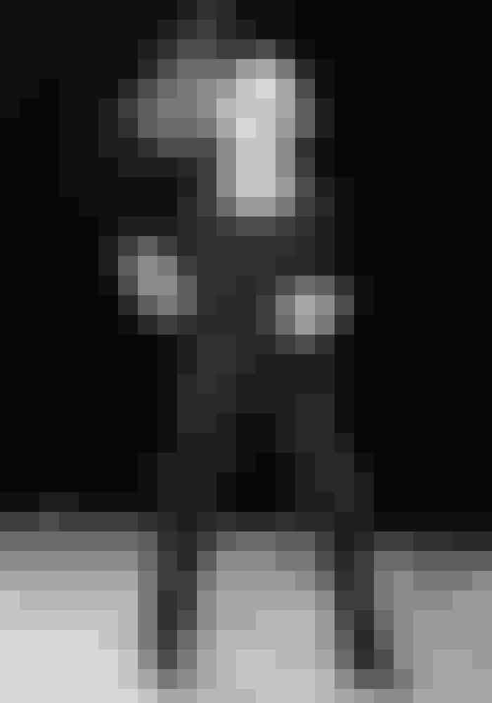 1966I 1966 bliver kvinderne introduceret for endnu en beklædningsgenstand, der traditionelt set havde været forbeholdt hankønnet. De franske designer Yves Saint Laurent har nemlig lavet en smoking til kvinder under det franskklingende navn Le Smoking.På billedet: Le Smoking fotograferet i 1967.