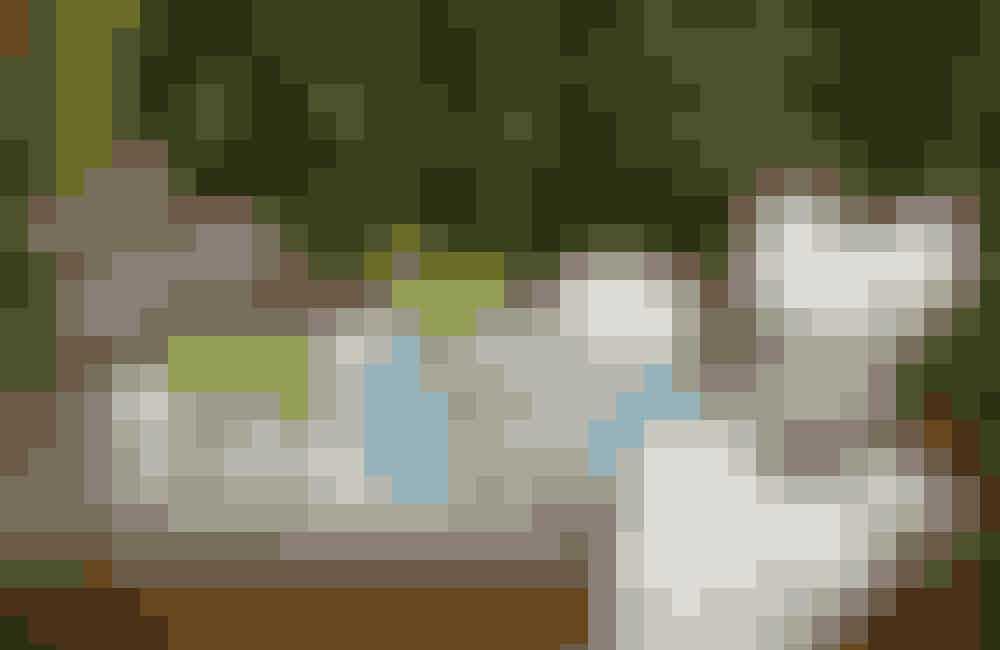 Kander i trængsel Skab en personlig dekoration ved at placere småkander af forskelligt materiale som glas, sølv og porcelæn samlet på en bakke. Fyld dem med blade, blomster og krydderurter fra haven, stranden eller altankassen. Den ovale bakke med gallerikant er Sheffield Plate og koster 800 kr. hos Kramboden i Odense. Kanderne er privateje, men lignende kan findes i antikvitetsbutikker og på markeder.