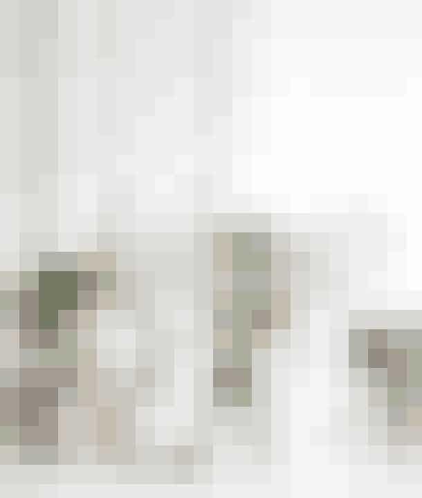 Grønne planter, kviste og blomster, gør din adventskrans levende. Hvis du er til en anderledes og naturlig krans, er denne helt sikkert noget for dig!Det skal du bruge:4 bloklys i forskellig størrelse, gamle glas som fx syltetøjsglas, vinglas mm., små vaser, potter, kaktusser og sukkulenter, grankvist.Sådan gør du:Sæt et enkelt lys i et syltetøjsglas pg resten på en bakke, direkte på bordet eller i vindueskarmen. Sæt de små kaktusser og sukkulenter i forskellig glas, og placér dem imellem lysene. Suppler med en enkelt grankvist i en vase og et par juleroser. Dekorér med julepynt og en hvid hjort.Glas og hvid hjort (Notre Dame), papirpynt og lille keramikvase (Stilleben).