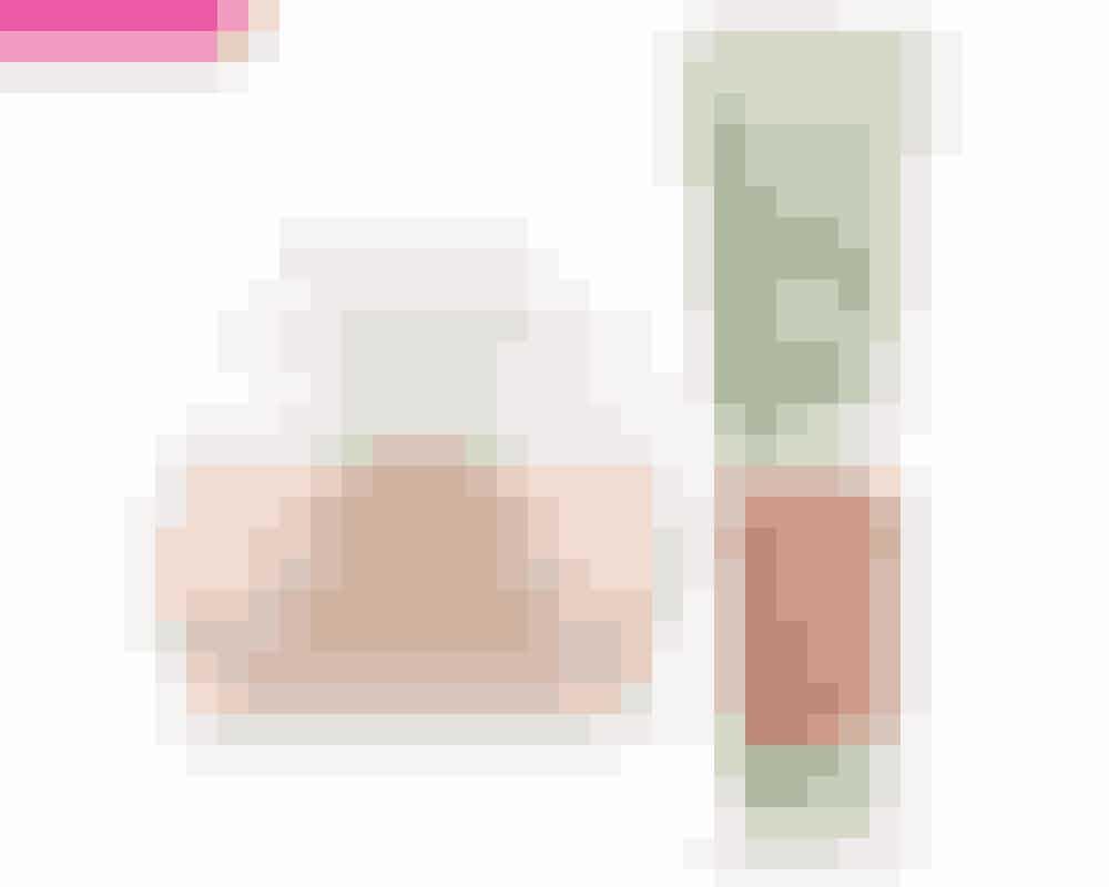 Ansigtscreme • SpendérJo ældre du bliver, jo mere hjælp har din hud brug for, så den kan opretholde sin fugt, glød og spændstighed. Gå efter en god nærende creme, som er spækket med gode ingredienser, der pumper huden op og gør overfladen glattere og mere ensartet. Det vigtigste er, at du finder en creme, som passer til din huds behov, hvad enten det er fugt, opstramning eller pigmentpletter.På billedet: Illuminating Oil Gel-Cream, Darphin, 50 ml, 399 kr. Købes online HERAnsigtsrens • SparRegel nummer et for en smuk og sund hud er, at du får den renset. Det gælder ikke kun, når du bruger makeup – skidt og snavs fra luften skal også væk. Hvis du har meget travlt eller ikke orker det helt store rense-setup, kan du gå efter en alt i en-rens som denne nyhed fra L'Oréal Paris. Her kan du bruge det samme produkt til at rense, eksfoliere og trække porerne sammen. Rensegeléen indeholder ingen sæbe, men til gengæld dybderensende ler, som giver en mere klar og frisk udseende hud.På billedet: Pure Clay Exfoliating Cleansing Gel, L'Oréal Paris, 150 ml, 60 kr. Købes online HER