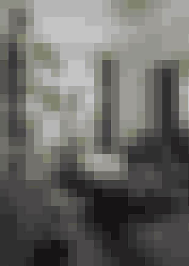 Hvor kommer stilen fra?Art deco-stilen har sit udspring i 20'erne og slutter,da 2. verdenskrig begynder. Frankrig nævnesofte som ophavsland for stilen, fordi den ligger iforlængelse af art nouveau. Men modsat art nouveauhar art deco flere modernistiske træk, fordistilen er samtidig med kubismen, futurismen ogBauhaus, dog uden det politiske indhold. Art decoer eksponent for ædle metaller, kobber, messingog glas sammen med bløde tekstiler og farver –både mørke og lyse. Alt det, der er moderne igen.Sådan indretter du digArt deco er lige så stille blevet en væsentlig stil iboligindretningen. Måske som en modsætning tilde lyse træsorter. Stilen opstod i soveværelset meden indretning som et hotelværelse i mørke farver,tunge tekstiler og stor dobbeltseng med quiltet hovedgærde.I stuen må art deco-stilen godt dyrkeslidt mere luksuriøst, men pas på det ikke bliver dekadent.Jo mere enkel indretning des bedre.Veloursofa og tunge tekstiler er et must i indretningen.Spejle på væggene, mørke vægfarver og/eller spændende tapeter med metaltråde ellerpåfugle. Andre vigtige elementer er lamper, vaser,fade i glas, messing og kobber og små borde imarmor og stål. En nem måde at skabe art decopå er ved at samle små tableauer af vaser ogkrukker på et lille konsolbord.Hvem bor sådan?Art deco dyrkes mest i storbyer og af folk indenformodebranchen, men på tværs af aldersgrupper.Det er ofte et feminint univers, der kræver lidt forståelseaf en mandlig medbeboer.Se resten af boligen her!