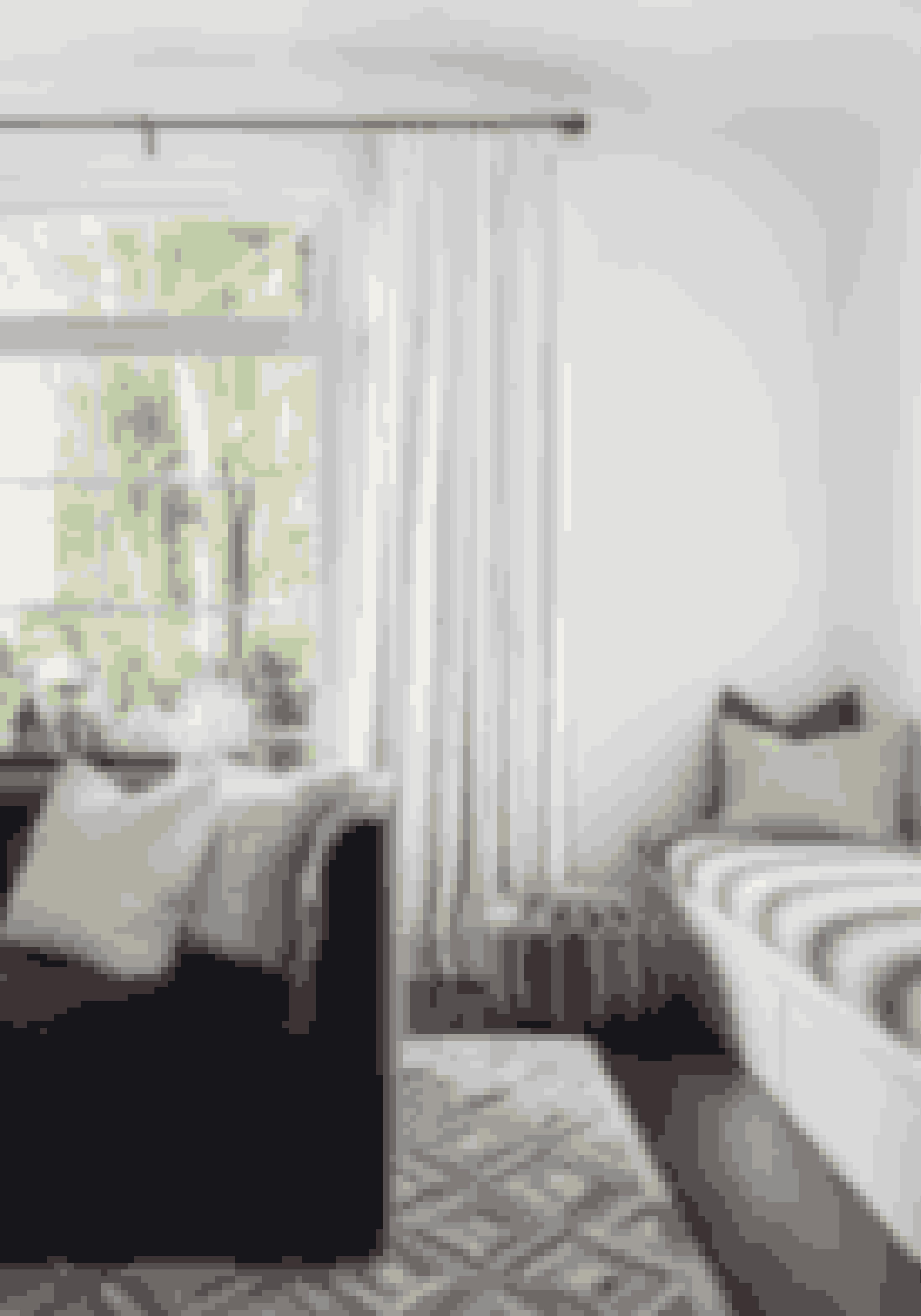 Stil sofaen ud i rummet for at give lidt luft i indretningen. Sofaen i velour er fra Room & Board, og puderne er fra Thomas Lavin Showroom og Mix i Los Angeles. Den marokkanske puf er vintage. Find fx en lignende puf her!