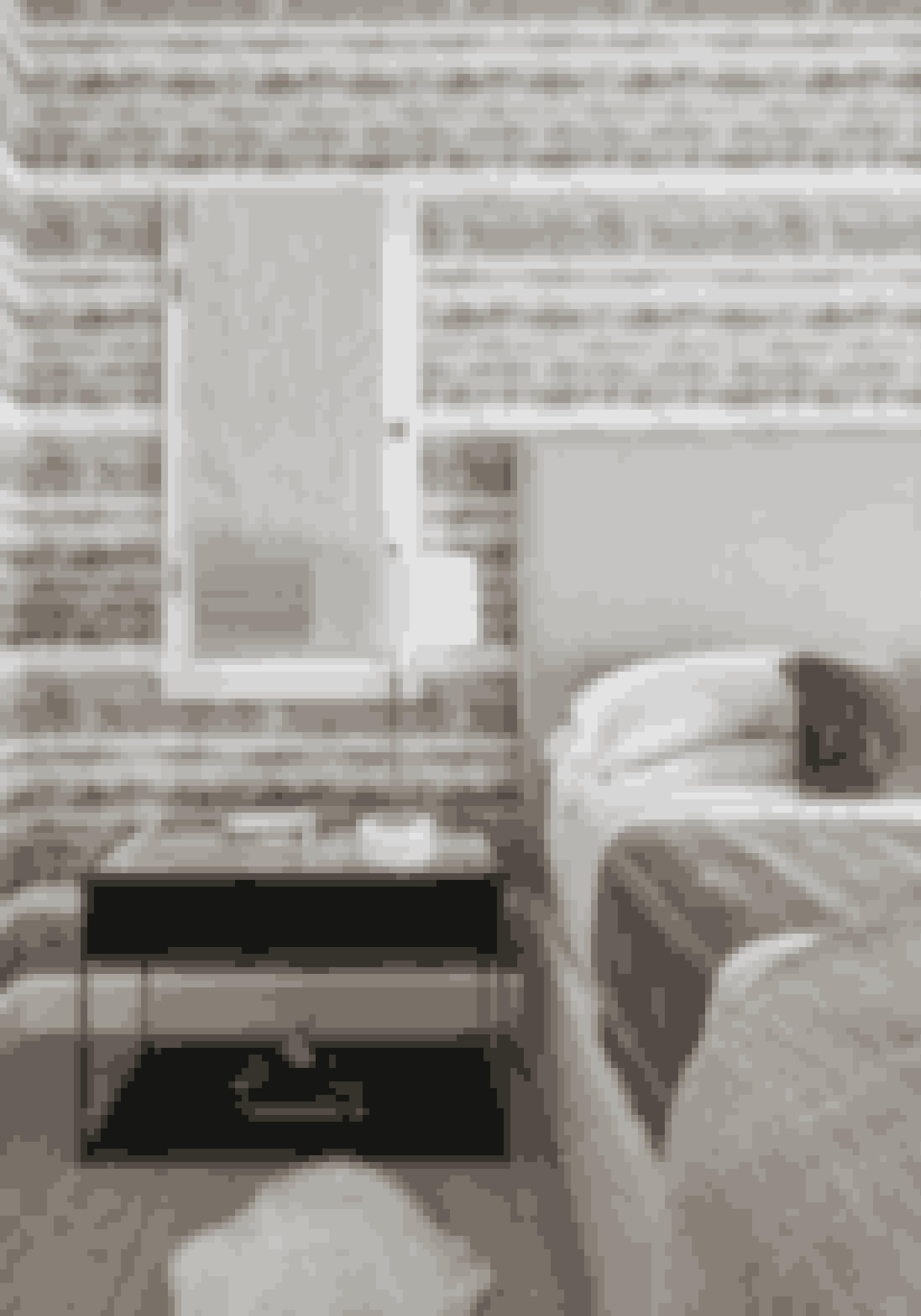 Få en cool L.A.-hotelstil i soveværelset med bløde tekstiler og douce farver. Natbordet er fra Restoration Hardware, og bordlampen er fra Jonathan Adler.
