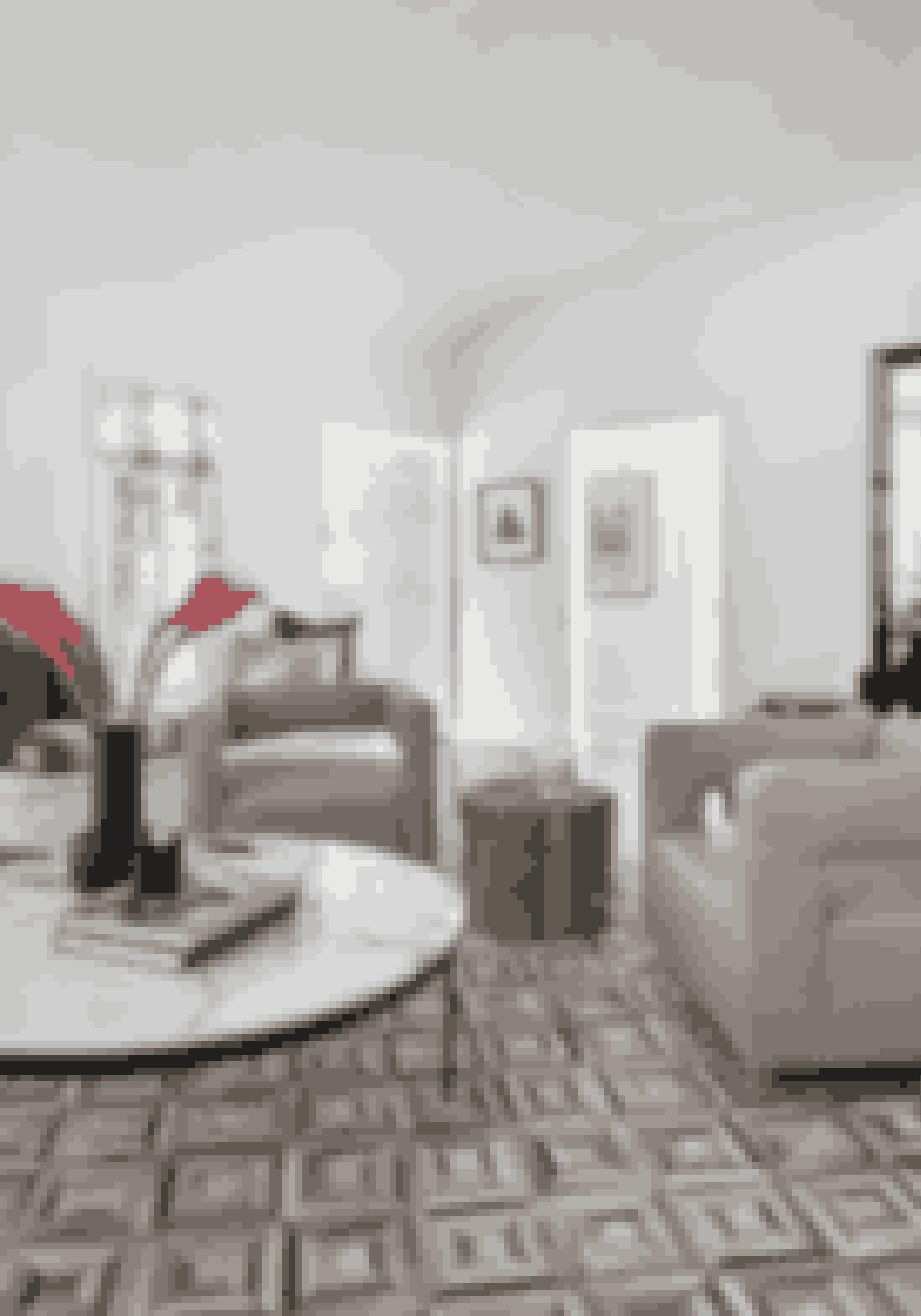 Giv rummet et eksklusivt og skulpturelt præg med møbler i unikke udformninger og tekstiler i sarte pasteller. Loungestolene er fra RH Modern, og sofabordet er fra HD Buttercup.