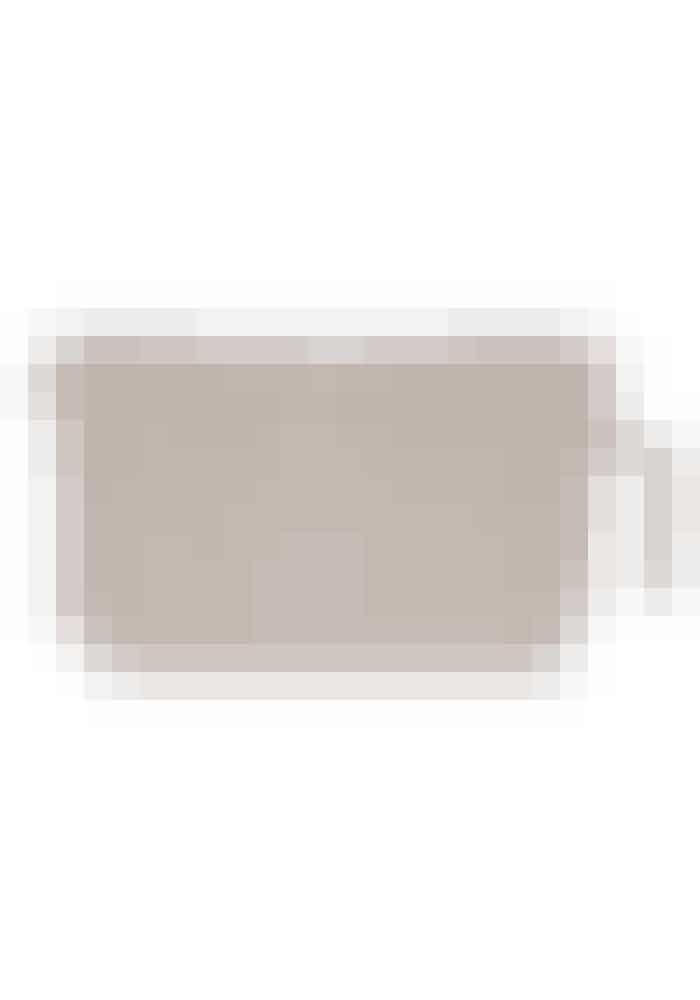 Fin opbevaringJeg opbevarer rigtig mange af mine skønhedsprodukter i forskellige toilettasker for at holde orden. Denne søde, pudderfarvede toilettaske har god plads og skal også helt klart med på min næste ferie.Mariana-toilettaske, A Simple Mess by Louise Dorph, 245 kr. Købes online HER