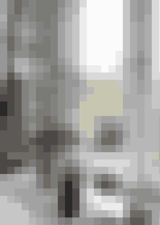 Her bor ...Mette Rokkedal,indretningsarkitektog ejer af enkøkkenbutik, ogNiels Hasager,selvstændig,sammen medCasper Emil på15 år, Sofia på17 år og hundenBailey.Hvad ...Klassisk patriciervillaved skovog strand med350 kvadratmeterbolig.Stil ...Etnisk vs. stilrenmodernisme.