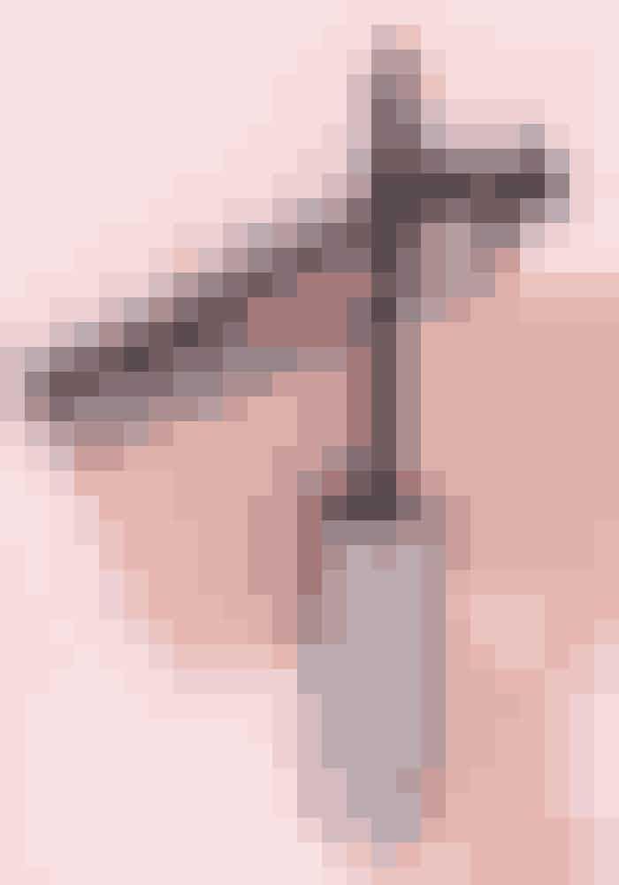 God holdbarhedThey're Real, Benefit Cosmetics,185 kr. ★★★★★Denne mascara har en gummibørste, og det er jeg normalt ikke til. Menjeg kan faktisk rigtig godt lide børsten. Den skiller nemlig vipperne ad og har desuden lidt længere gummipigge for enden af børsten, som gør det nemt at fange de inderste vipper.Konsistensen er god, da den ikke klumper, og man kan med lethed bygge den op i flere lag. Holdbarheden er virkelig god! Min mascara plejer at drysse og falme i løbet af dagen – ikke denne mascara, den holder så godt, at det næsten er svært at få den af igen.Når jeg har haft den på i over 10 timer,kan den godt begynde at smitte en smule af på øjenlågene. Det afholder mig dog ikke fra at købe den igen! Jeg har selv lange og fyldige vipper, og denne mascaragiver mig blot endnulængere og voluminøse vipper.
