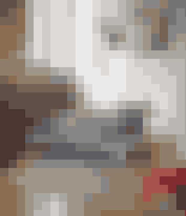 Hvis du gerne vil holde en minimalistisk stil, men samtidig gerne have varme og personlighed fra farver, så er møbler i modige farver vejen frem. Stil gerne en farvelig stol, bænk eller andet i rummet. Det varmer minimalismen op. Pangfarver er også gode, hvis der er højt til loftet og rummet føles koldt. Husk også farver og kunst på de høje vægge.