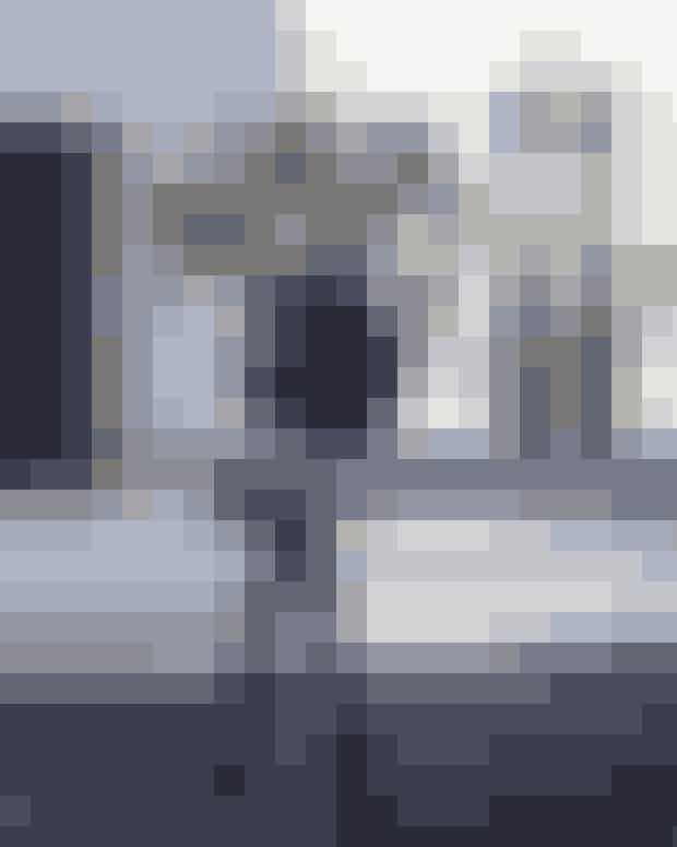 Bitte står selv bag den organiske vase på stuens rå sofabord, mens lysestagerne i træ er designet af Maria Dahlberg. Gulvtæppet i det slidstærke materiale jute, der passer perfekt til sommerhusbrug, er fundet i Ilva.
