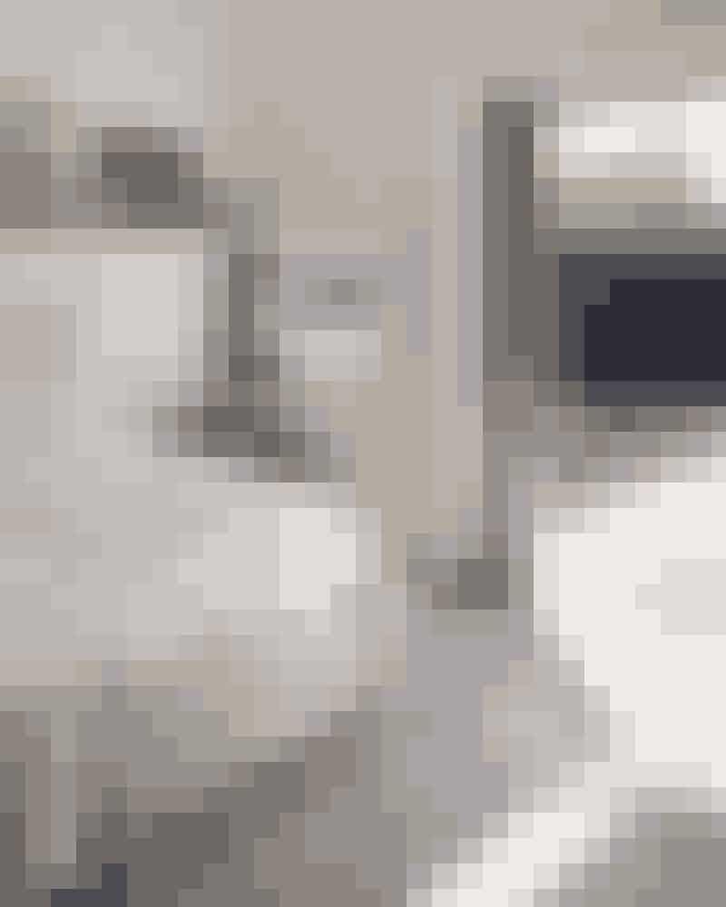 Soveværelset følger resten af husets arkitektur, nemlig med rå plankegulve og højt til loftet. Sengen er et selvbyggerprojekt, mens natbordet er fra Ilva. De gulnede fotografier er forstørrelser fra familiealbummet taget i sin tid af Bittes morfar.