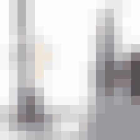 Kork-lampe fra Bloomingville. Kork kan sagtens være dekorativt, og det passer eminent til den skandinaviske indretning. Stil fx lampen på dit natbord med en behagelige glødepære. Find den her!
