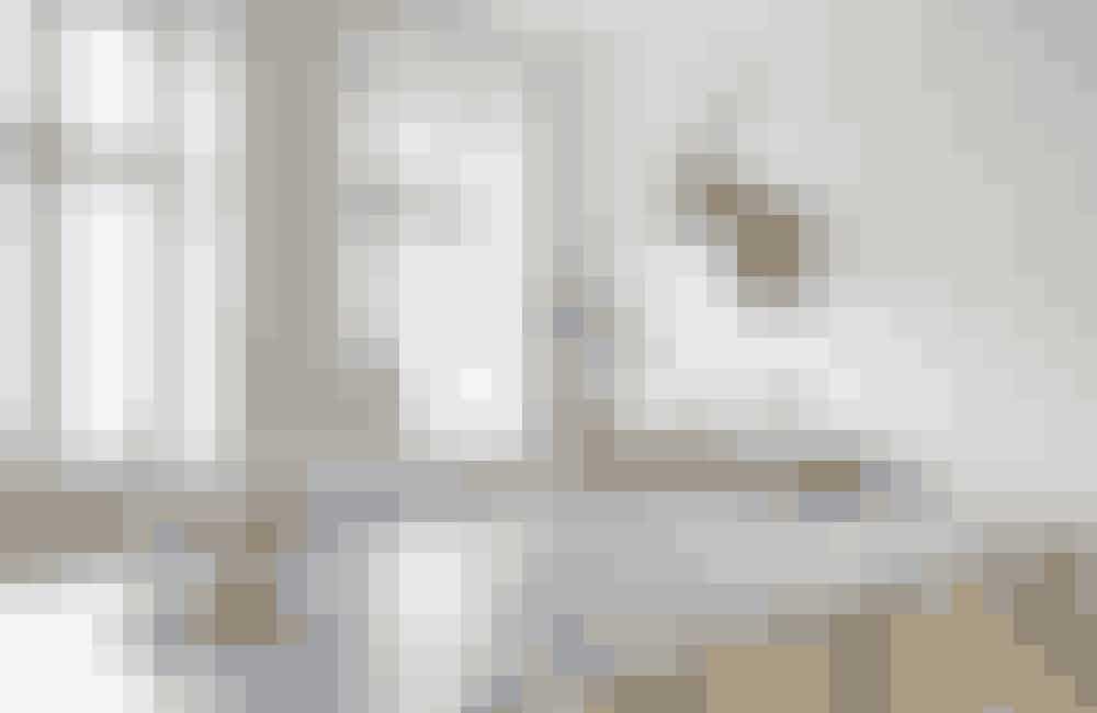 Fra stuen har man et kig til spisestuen og den flotte sildebensparket, som løber i hele lejligheden. Spisebordet består af bordbukke og en malet mdfplade fra Silvan, så kan du nemt skifte udtryk med andre bordplader eller blot en omgang maling.