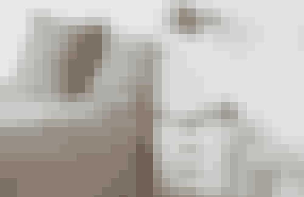 Spar på gulvpladsen, og hæng en trækasse op på væggen som natbord. Denne version med skuffer er fundet hos Trævarefabrikernes Udsalg. På sengen ligger et sengetæppe i hør, og puderne i sart grøn er fra Society købt hos Stilleben. Den antikke Jieldé-lampe giver hyggeligt læselys, og de små, grønne vaser fra Times Up fuldender rummet og skaber stemning.