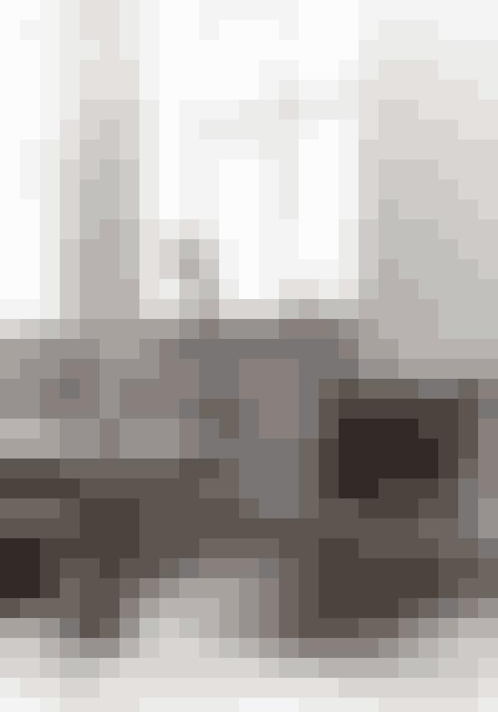 Når du bor med hvide vægge, kan du sagtens lade møbler og materialer larme, som her med krom og zebraskind. Gulvvasen er et unika. Ved siden af står en lænestol i zebraskind, som Josefine Laigaards veninde har fundet privat.