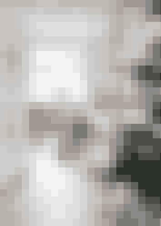 I forgrunden står familiens ædelgranog blærer sig med sin finepynt i hvide nuancer. De franskedøre åbner op til familiens hyggeligestue med en sofa fra DomusInterieur, en stol fra en loppemarkedsturog et sofabord, som familienhar fået i gave. Gyngeelgener fra Ikea. Den var oprindelig rød,men fik en omgang brun maling.Puderne har Sussie Lindholm selvsyet i libertystof fra Grønlykke.