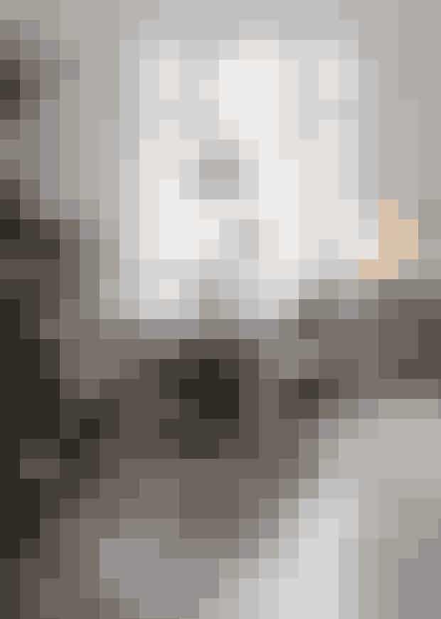 Juletræet kan lige nøjagtigvære i huset, når topstjernenfra Georg Jensen sidder påsin vante plads. Her står detpå sit tæppe fra Ferm Living (Køb det her!).Spisebordet er fra Katrines.com, og omkring står de populæreEames-stole i originalglasfiber. Pendlen er fra BTCEngland, købt hos Rambow.