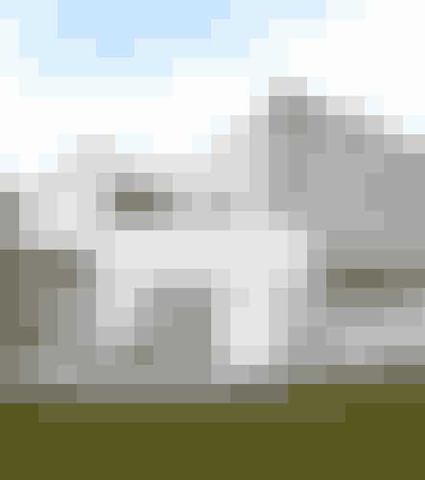 HVEM...Her bor Vickie Nielsen, lægesekretær,og hendes mand LarsNielsen, der er direktør i et it-firma,samt deres to hunde Antonog Freja, som er af racen WestHighland White Terrie.HVAD...Nyopført arkitekttegnet, hvidpudsetvilla fra 2014 på 244m² samt to gæstehytter. Villaenligger på en 950 m² grund vedÅrhus Bugt med udsigt til skov,vand og by.STIL...Moderne boheme.