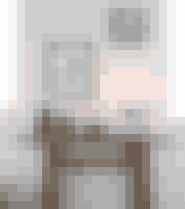 Skab et stilleben med et bordaf genbrugstræ, gamle krukkerog en enkel designlysestage.Konsolbordet og lerkrukkerne erfra Christiansen-co.dk i Hornbækog hjembragt fra Kina. Den klassiskekubusstage er designetaf Mogens Lassen i 1960.