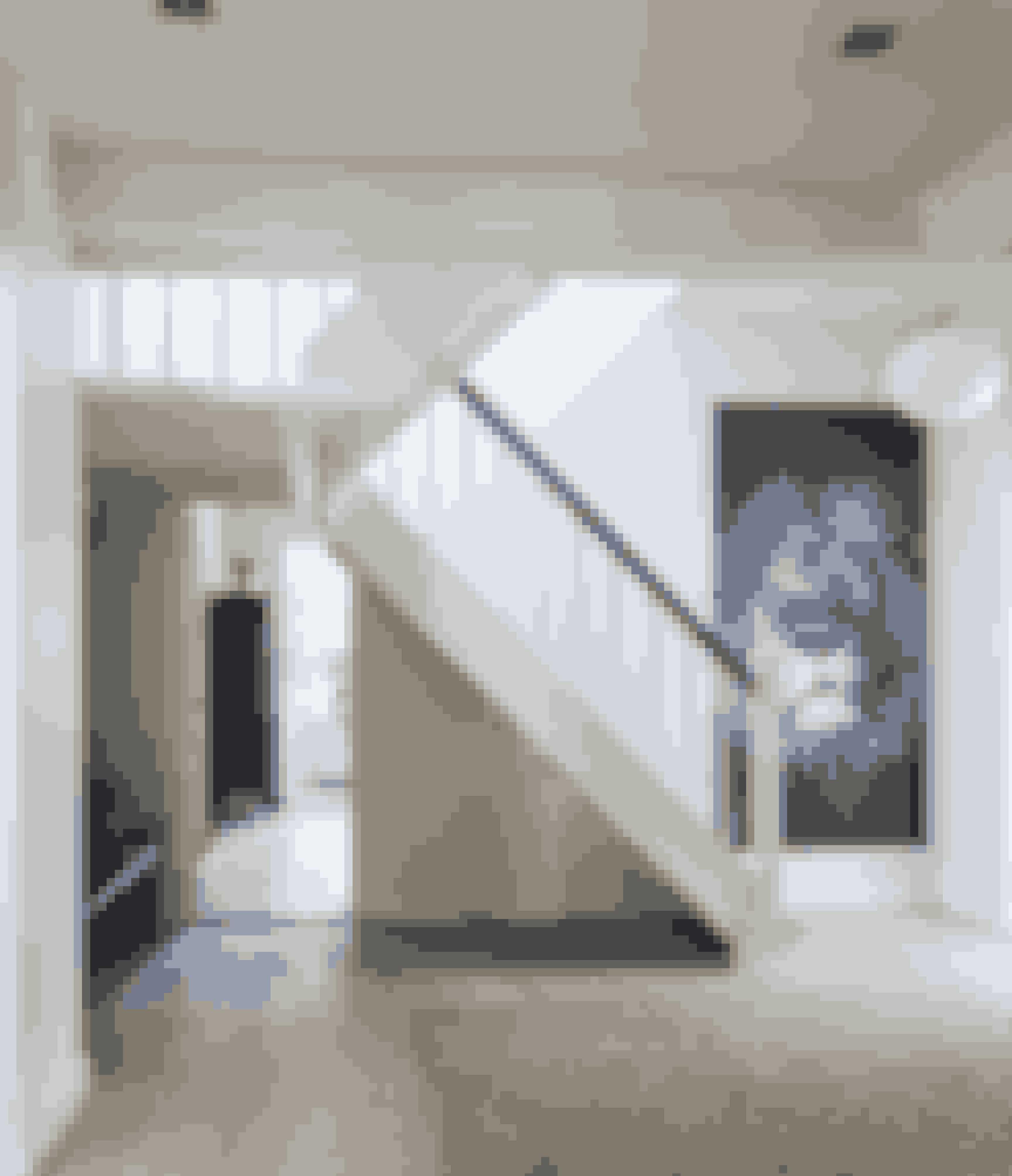 Den lyse fordelingsgang er også husets hall. Den rummede oprindeligt familiens køkken, der nu er rykket ud i en nyopført tilbygning. Fotostaten af en løve er skabt af Karina Eg. Hun laver tilsvarende på bestilling til private og virksomheder. Se mere på karinaeg.dk.