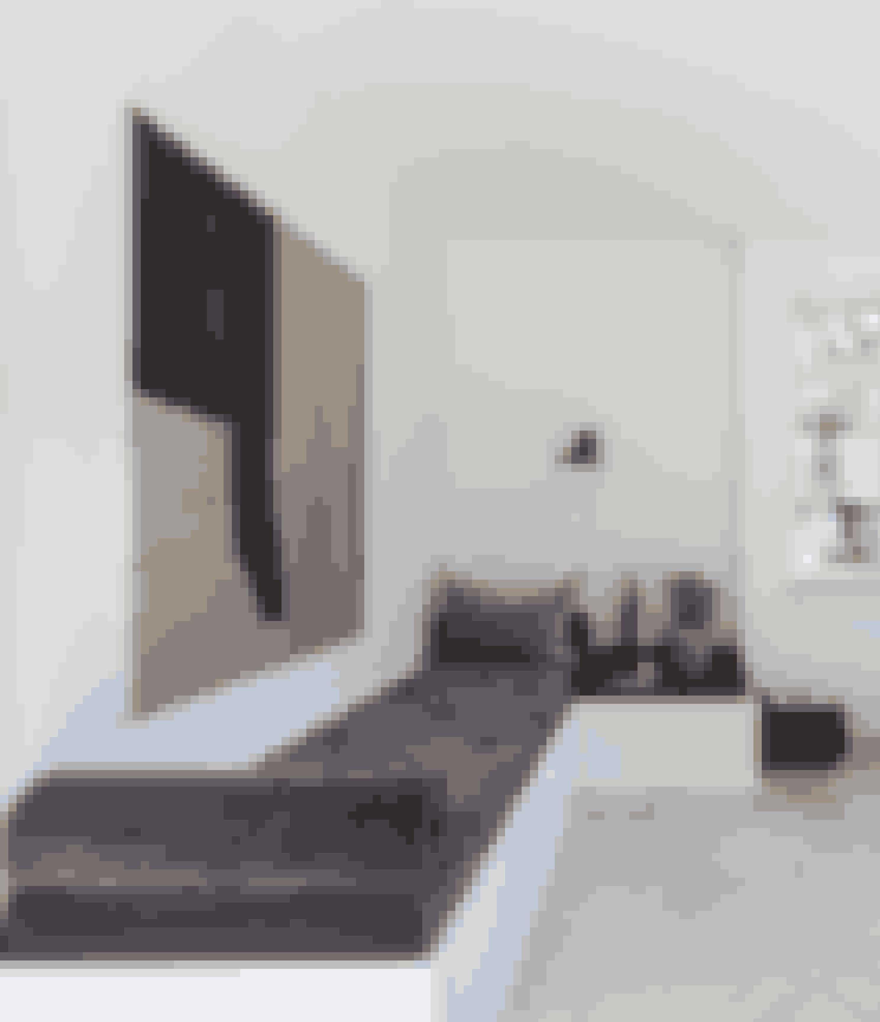 Ved at indrette en soveplads i kontoret kan det også fungere som gæsteværelse. Briksen er bygget til rummet og var egentlig en hjørnesofa, men den korte side fungerer nu som bord. Hynden er specialfremstillet hos Hyndeskrædderne i Brønshøj, og lakbakken på bænkebordet er også lavet efter mål.
