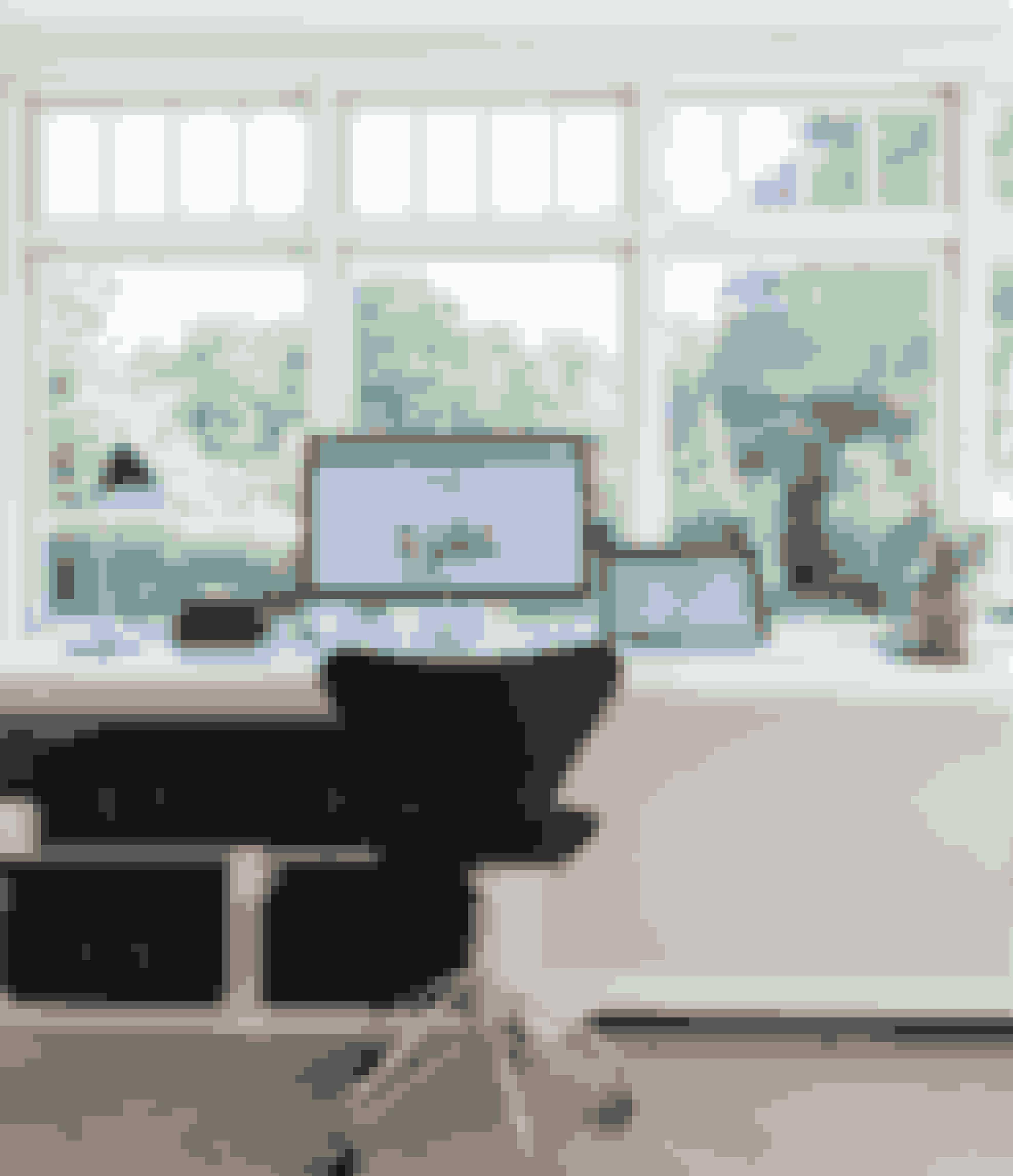 Udnyt din karnaps fulde længde eller bredden på et vindue ved at bygge et skrivebord, der integrerer både arbejdsplads, radiatorskjuler og kontoropbevaring som her. Stolen er en klassisk Syver i sort skind med hjul.