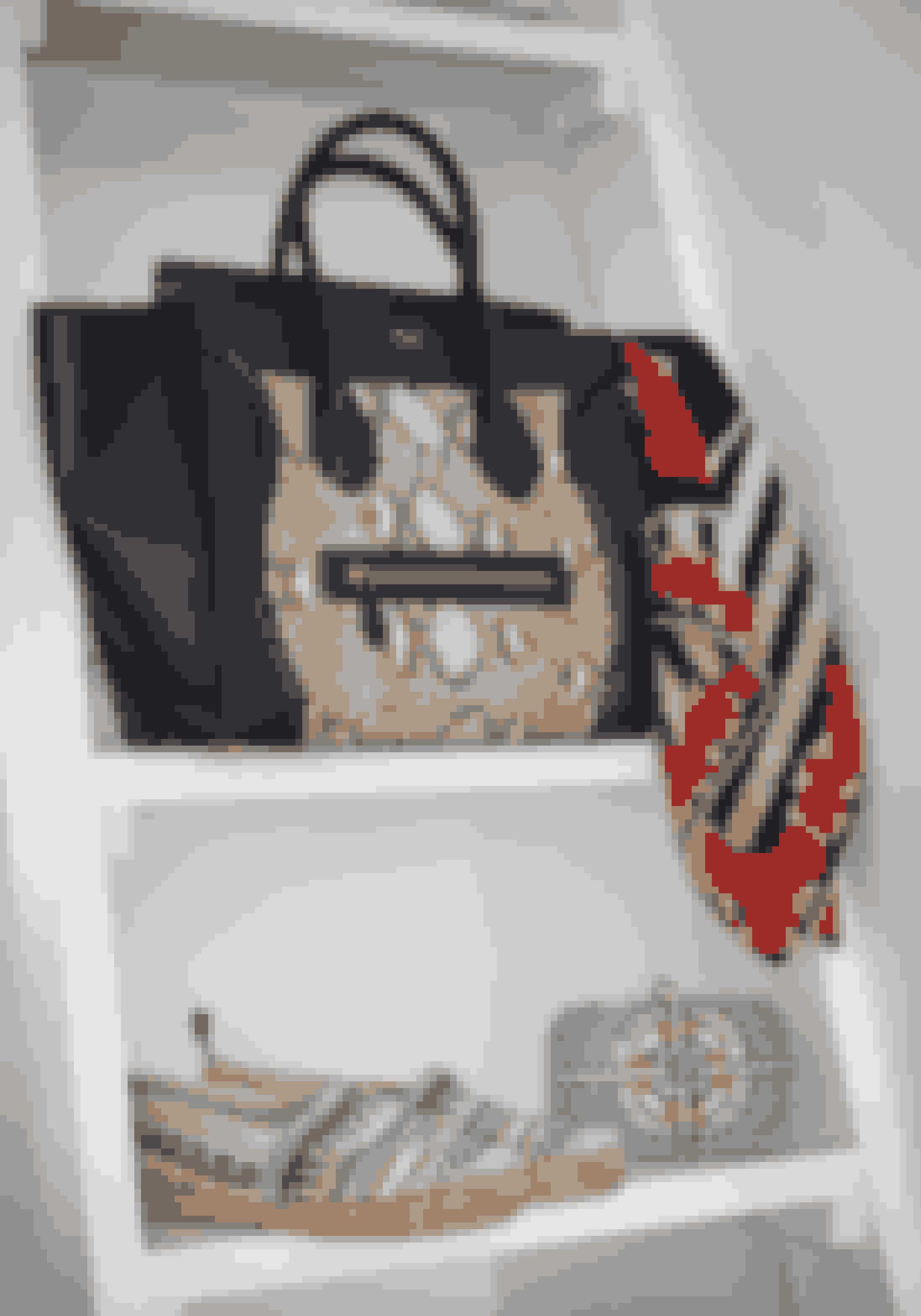 Céline-tasken har fået selskab af et tørklæde fra Christian Dior, mens espadrillerne fra Love Moschino er sommerklar sammen med clutchen fra Dea Kudibal.