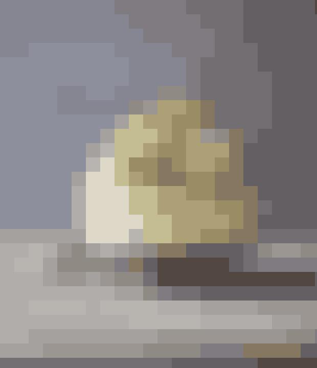 Denne elegante lagkage består af fløjlsblød hvid chokoladecreme mellem lækre hjemmelavede lagkagebunde med citron. Få opskriften her!