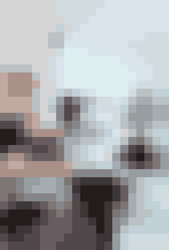 Saml lysestagerne i en gruppe - det lyser op imere end en forstand. Lysestagerne, der eraf tin og er et miks af loppemarkedsfund ogFil de Fer-køb, står på et gammelt svenskalmuebord, som er fundet på auktion hosBruun Rasmussen. Bordet står i den del afstuen, der støder op imod husets soveværelse,der er domineret af en sort konsolmed sejlskib fra Carlshøj Kuriositeter. Frasoveværelset er der adgang til værkstedet,der tidligere var vognrum.
