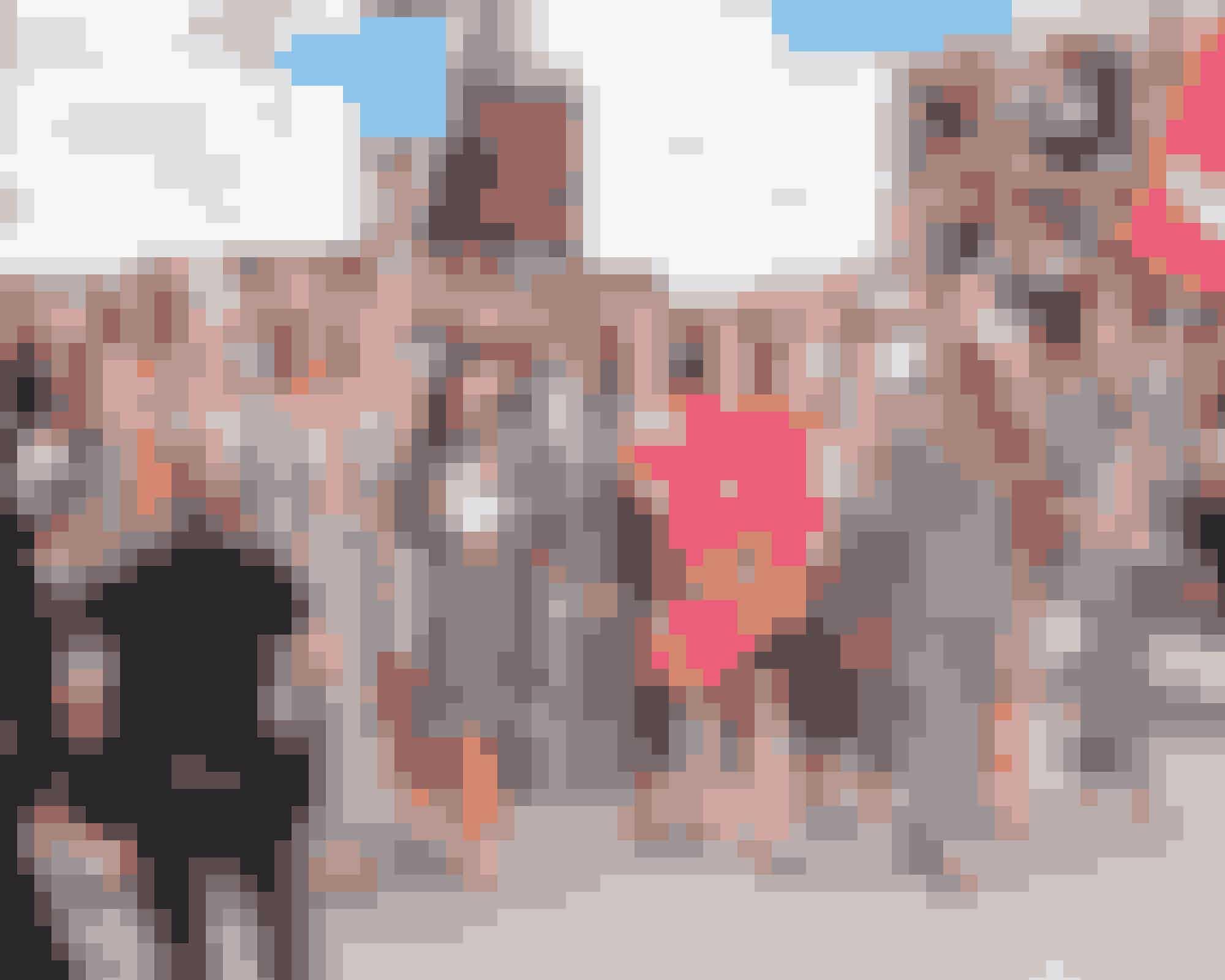 Demonstration SS15Et par år før kvinder over hele verden gik på gaden for at protestere over USA's nyindsatte præsident Donald Trump, viste Karl Lagerfeld igen-igen, at han har en helt særlig evne til at læse sin samtid. Cara Delevigne var blandt de modeller, der gik catwalk med kæmpe protestskilte i armene.