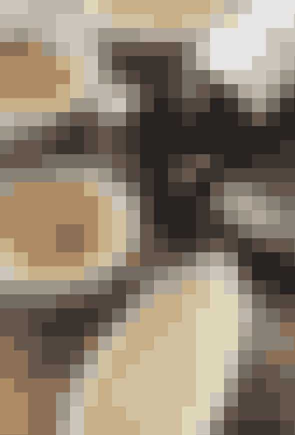 Ingredienser:(4 personer)Rabarber100 g rabarberi 1 cm tykke skiver50 g rørsukker½ dl vand¼ stang vaniljeCreme Brulee¼ liter piskefløde¼ liter sødmælk½ stang god vanilje90 g sukker8 æggeblommer (4 bægre pasteuriserede)lidt smør til formeneSe, hvordan du gør her!