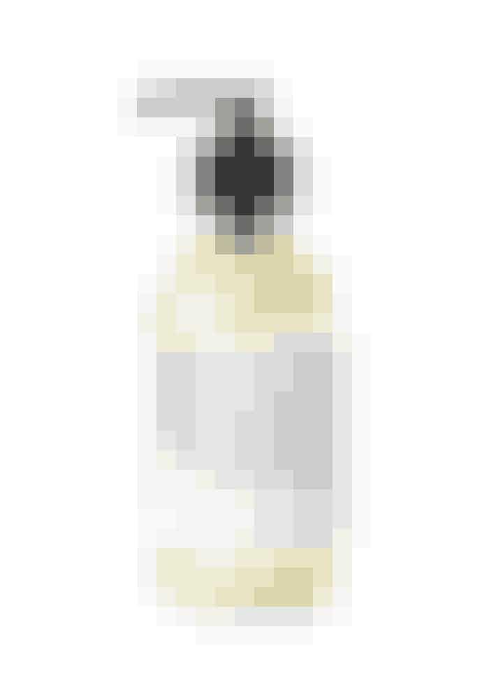 Skummende ansigtsrensNormalt er jeg ikke til renseprodukteri sæbeform, men denne flydende rensesæbe fra det hippe økomærkeDr. Jackson slap alligevel igennem. Den indeholder olier fra citron og mandarin samt ekstrakt fra kamilleog granatæble, som renser, blødgør og giver den dejligste forfriskende oplevelse.07 Face Wash, Dr. Jackson, 200 ml, 225 kr.Fås online HER