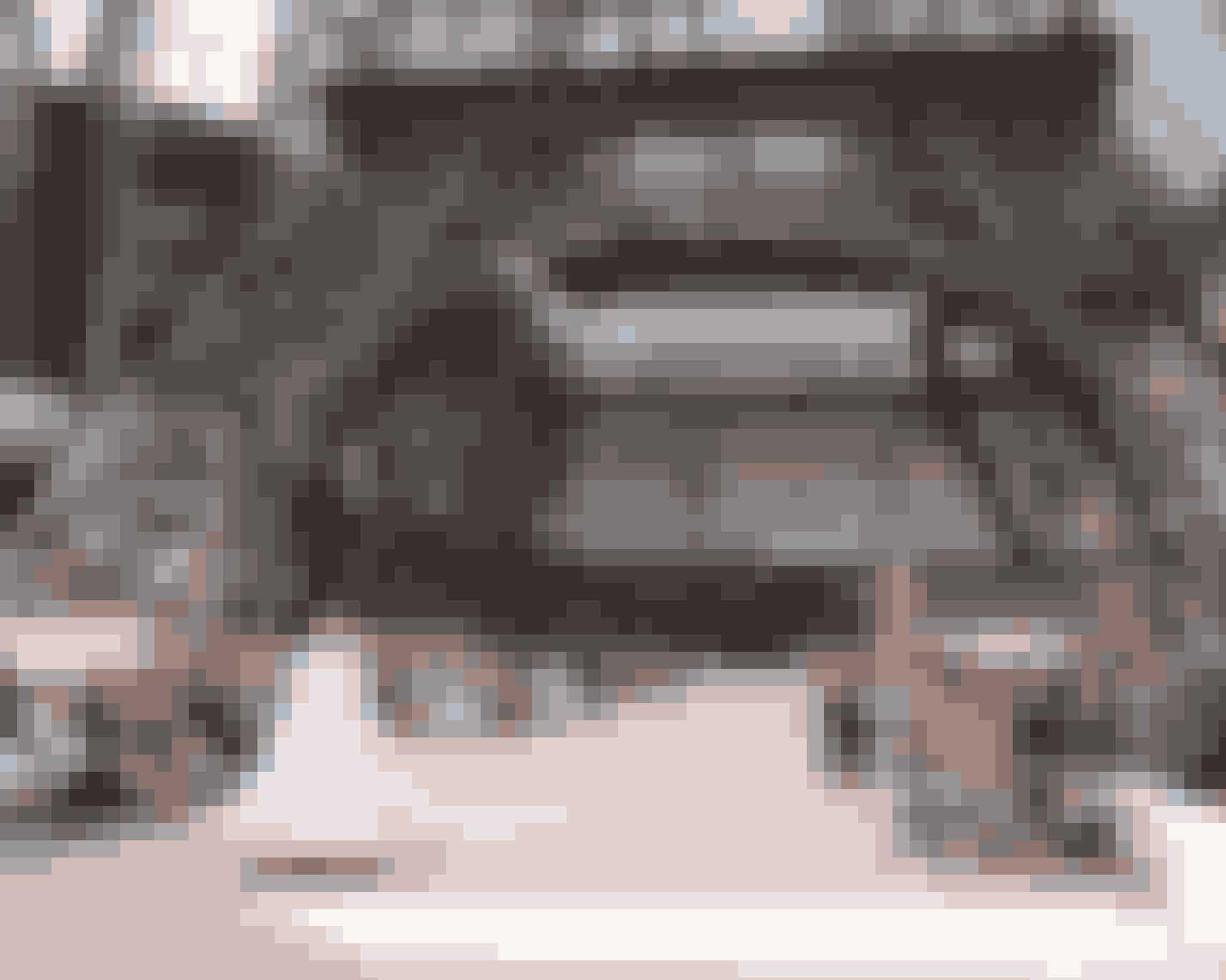 Eiffeltårn AW17 (haute couture)En slags retroshow, som hyldede alt det, der har gjort Chanel til et af verdens mest elskede brands – tweed, de korte jakker og de bløde hatte, som Coco Chanel selv gik med. Næsten lige så ultimativt parisisk som Eiffeltårnet – så det var blevet genskabt under kuplen i Grand Palais.