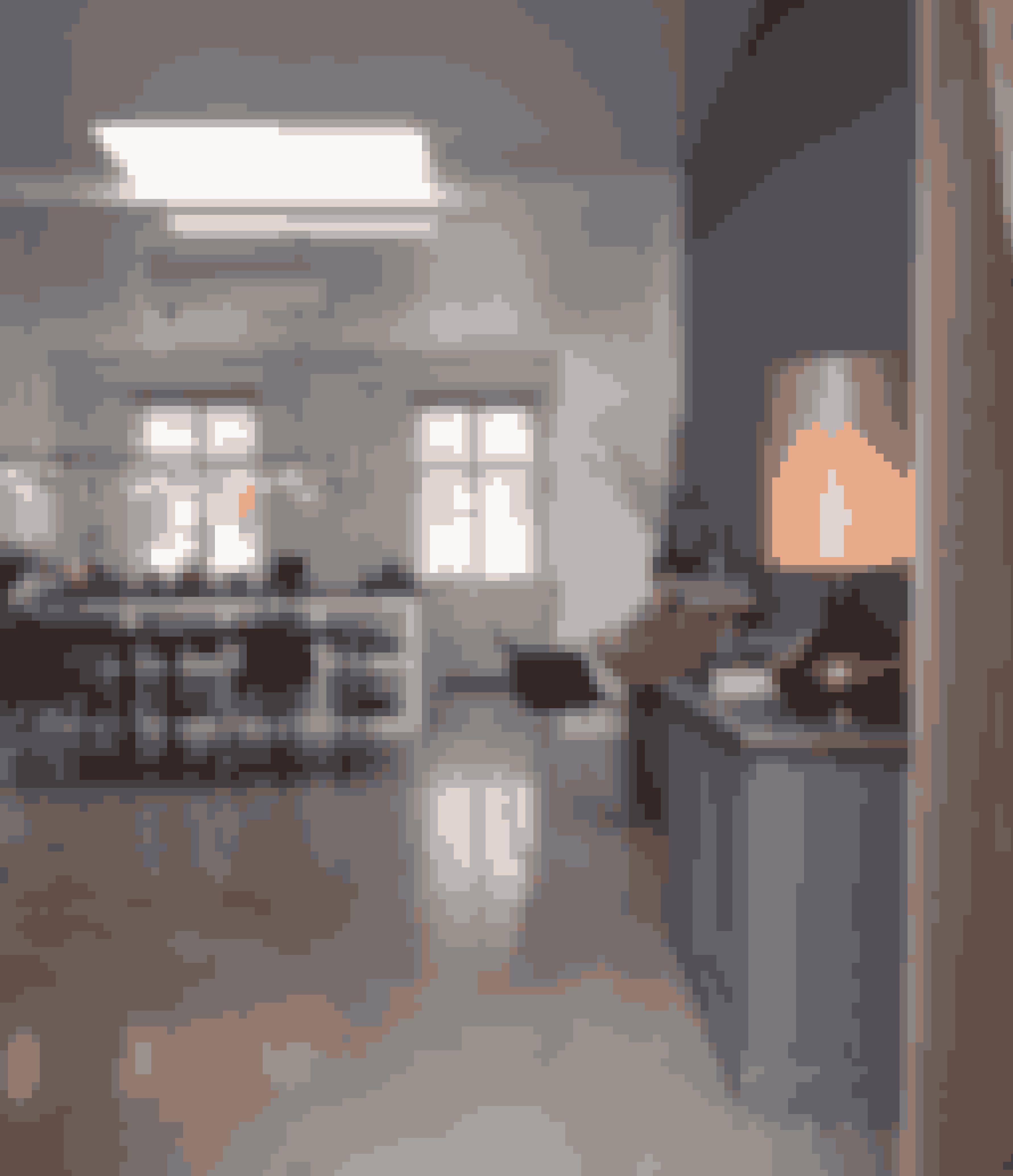 En malet væg som her kan gøre lyset i rummet diffust. Fra hoveddøren træder man direkte ind i hjemmets store fællesrum med gråt betongulv.