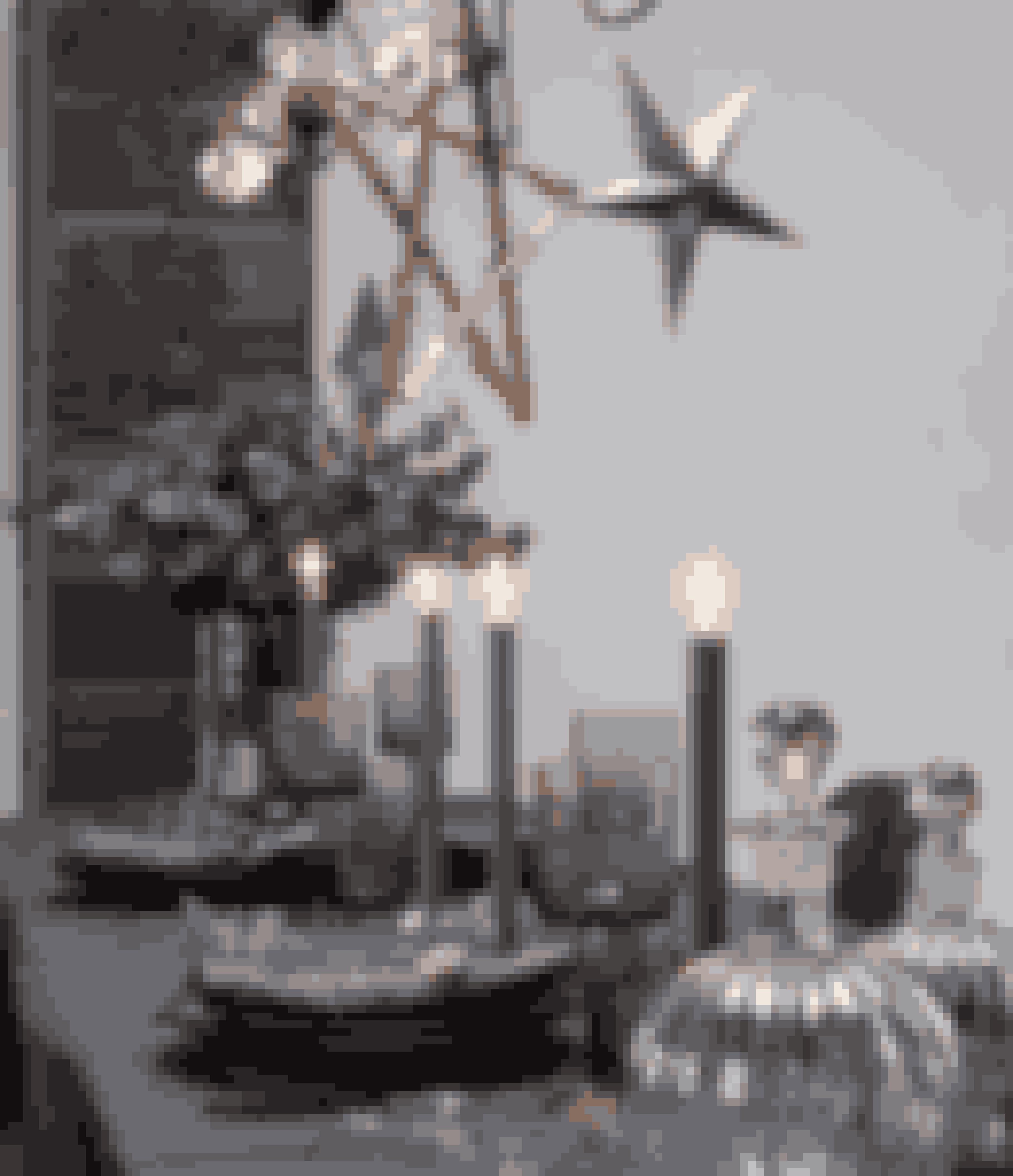 Et elegant bord behøver ikke hvid dug. Antracitfarvede tallerkener på en støvet blå hørdug med dækkeservietter i samme farve og materiale er lige så elegant. Strø hvide afklippede blomster omkring glas, tallerkener og de levende lys.