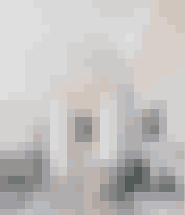 En farve på væggene er med til at understrege stuk og paneler, og du kan give sammenhæng i rummet ved at lade den gå igen på et enkelt møbel som her kontorstolen i lyst læder er fra Friends & Founders. Skrivebordet i grønt marmor er fra Handvärk, og den hvide bordlampe er fra New Works.
