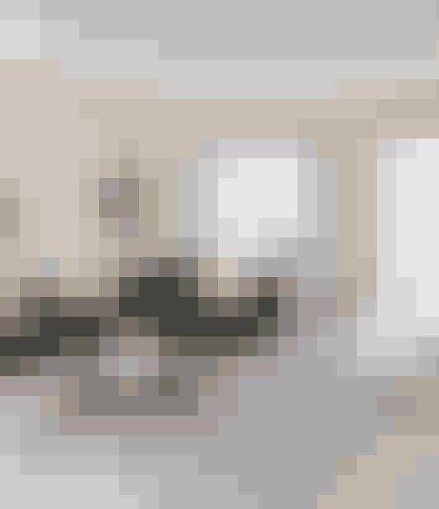 Du kan dele et rum op og stadig have luft ved at lade din sofa gå ud i rummet og chaiselongen stå langs væggen. Sofaen er fra Formel A, sofabord og sidebord er fra Handvärk. Puderne er et mix af H&M Home og Louise Roe, og kobberstjernen er fra Reflections Copenhagen.