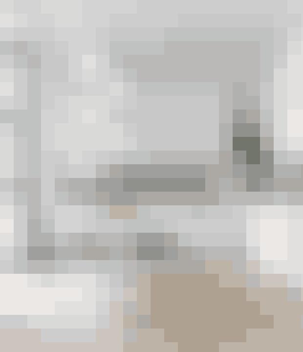Højskabe virker mindre dominerende, når de har luft imellem sig. Køkkenet er designet af Trend Køkken/Snedkeri. Muuto-spisebordsstole står om spisebordet i tyndt marmor, der er en prototype fra Handvärk Studio. Pendlerne er fra &Tradition og de sorte kunsttryk fra Handcut.