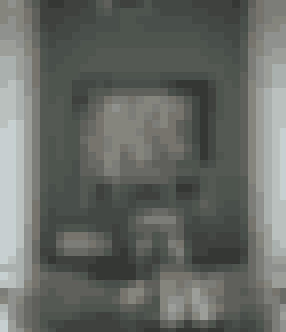 I højloftede rum kan du skabe hygge ved at hænge billeder lavt og dermed trække rummet 'nedad'.