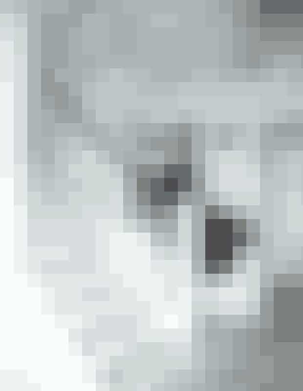 Interiør holdt i hvidt og en dekadent lysekrone giver en stemning a la Badehotellet.