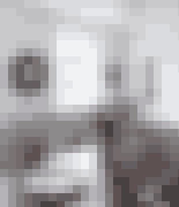 Brug klasssike franske elementer til at definere stilen såsom tinfade, lysestager og Tolix-stole – gerne sat sammen med nyemøbler. Mellem de store vinduer står to Army Chair-stole. Spejleter et Miror Sol fra Caravane, og lampen i vindueskarmen erPeggy-modellen fra Gong.