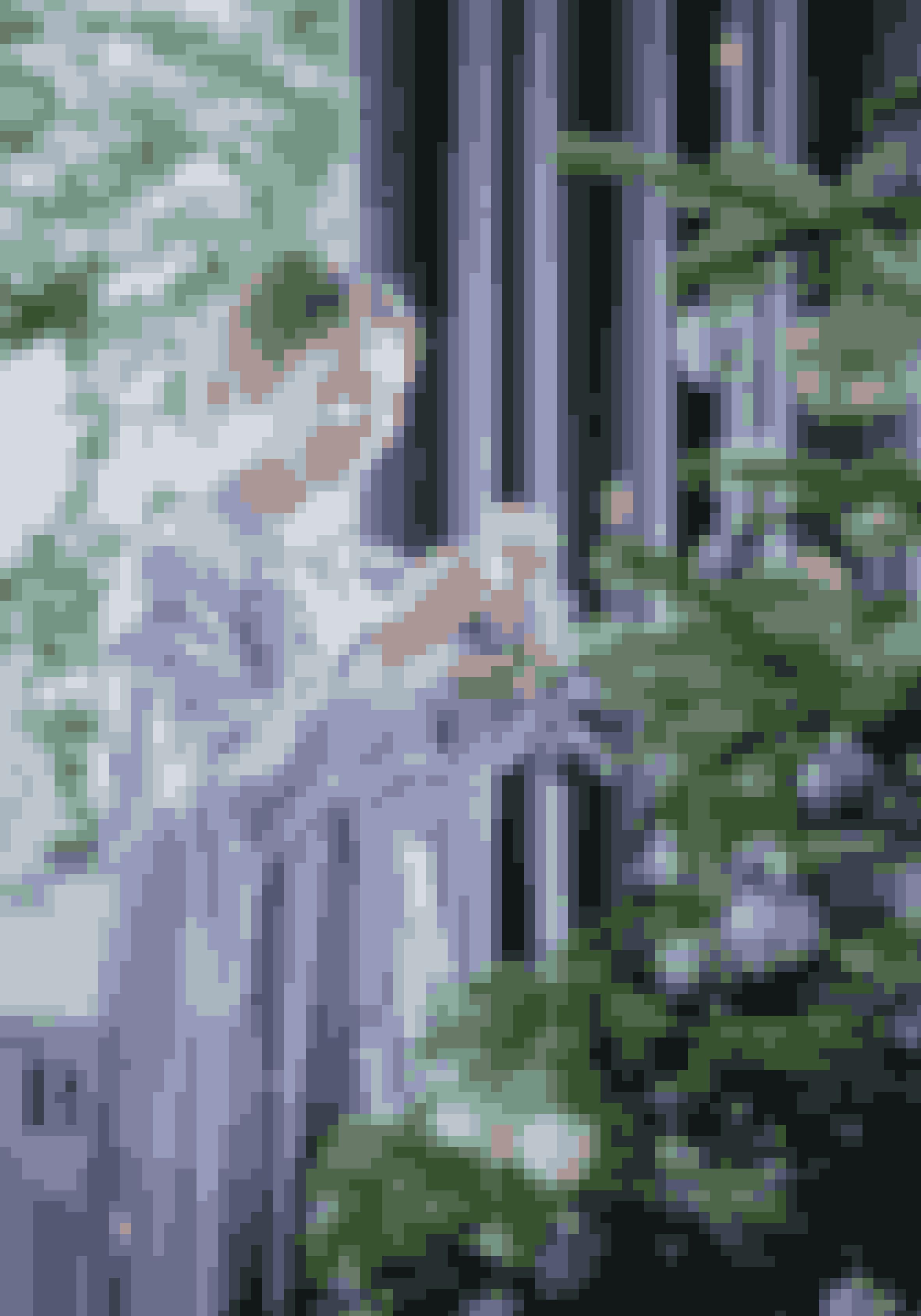 Her bor:Cathrine de Lichtenberg, 30 år, konsulent og iværksætter, og hendes mand Anders de Lichtenberg, 32.Bolig:Villalejlighed fra 1898 på 256 m² på Frederiksberg.Stil:Eklektisk med farver, unika og overdådig julepynt.