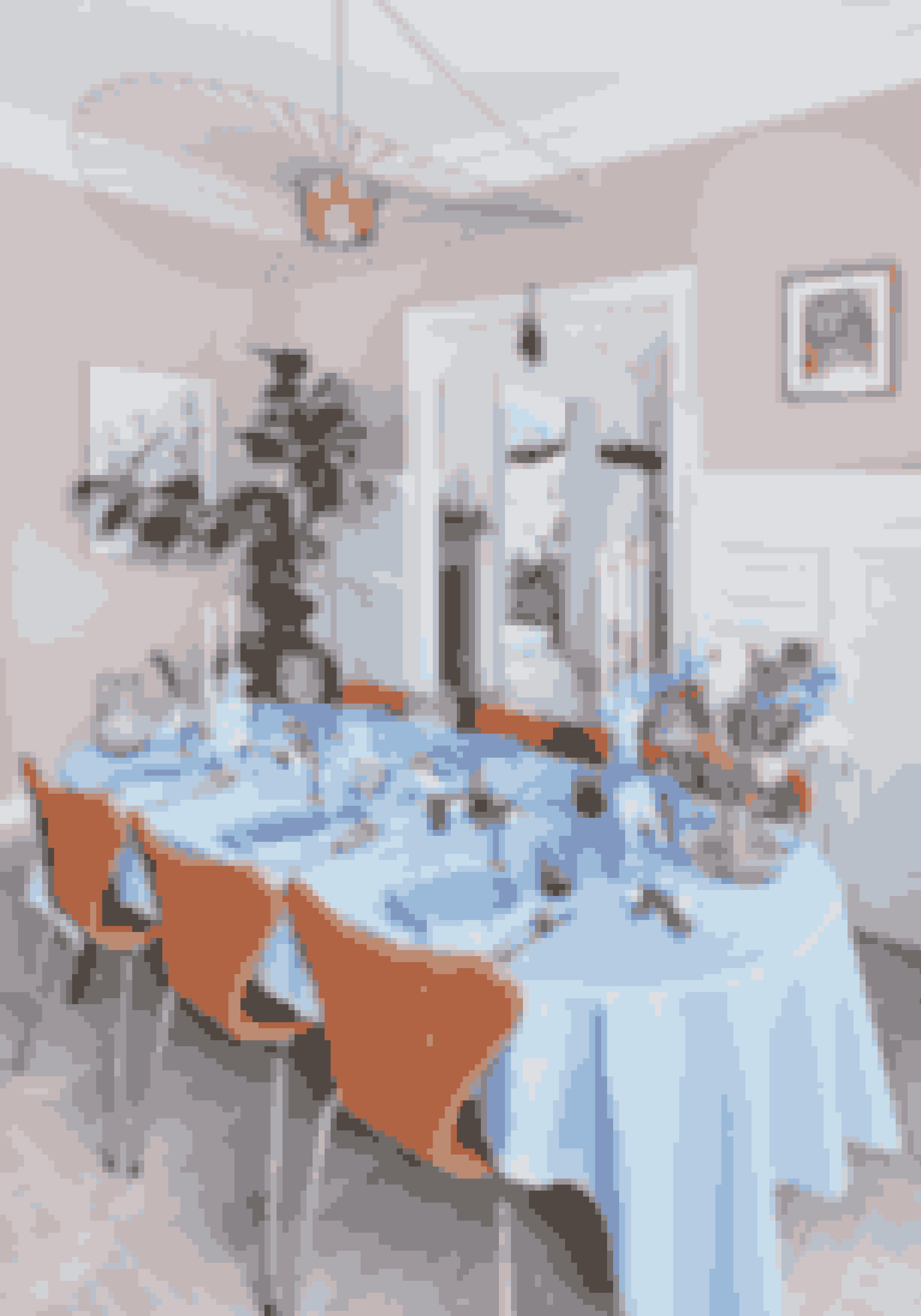 Gammelt service bliver vakt til live, når det bliver sat sammen med farvede glas og en moderne buket blomster. Tallerkenerne er fra Anne Black, vintageglas er fra Antique Brocante Vintage, lysestagerne er fra Fritz Hansen, og den gamle glaskande er fundet hos Antique Brocante Vintage. Rytterstagen er antik fra Bjørn Wiinblad, vasen er fra Fritz Hansen, og dugen og servietterne er fra Georg Jensen Damask.