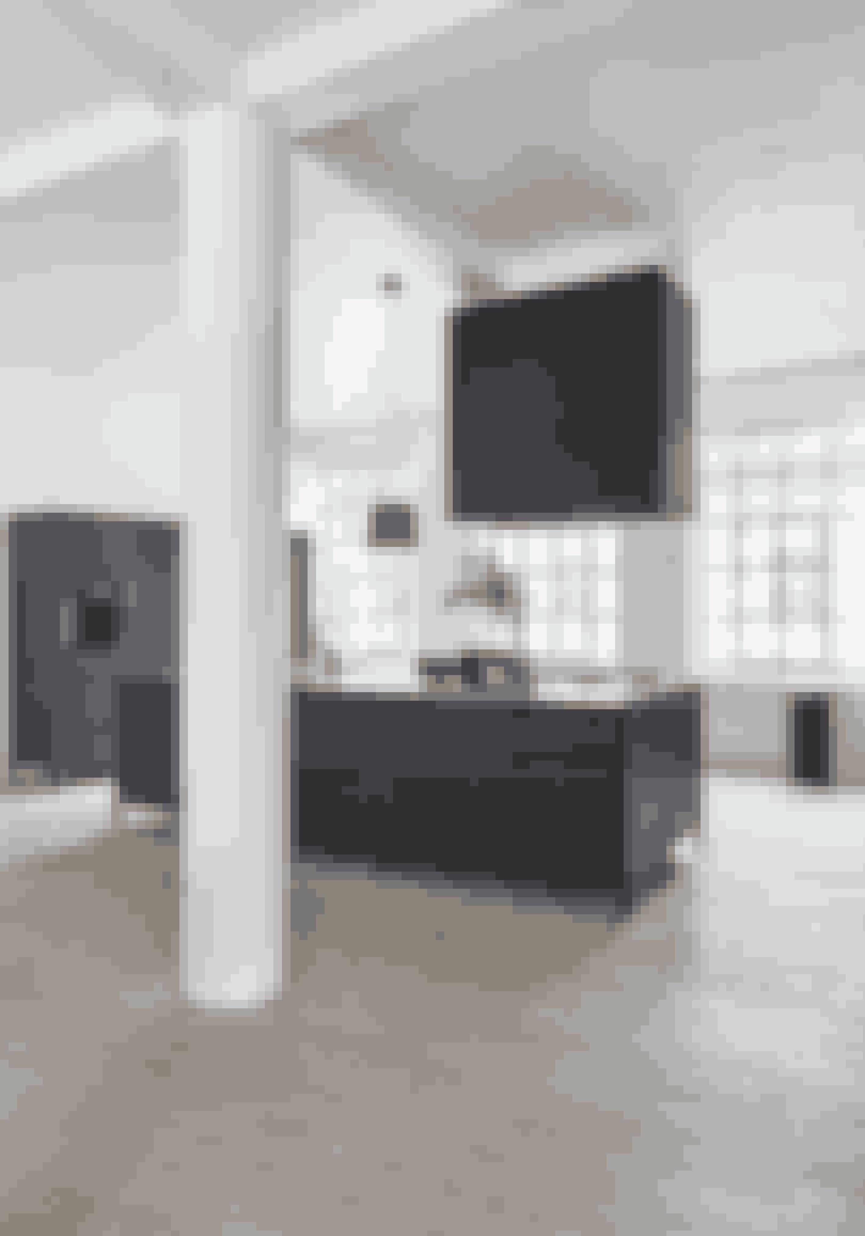 Lad vægge, lofter og evt. bærende søjler være hvide – dels for at understrege stemningen af newyorker-loft, men også for at give lyset bedst muligt spillerum. Køkkenet er sat på metalben i stedet for en traditionel sokkel, og det fremhæver den industrielle stil, men gør samtidig udtrykket let. Køkkenet er fra Vipp.