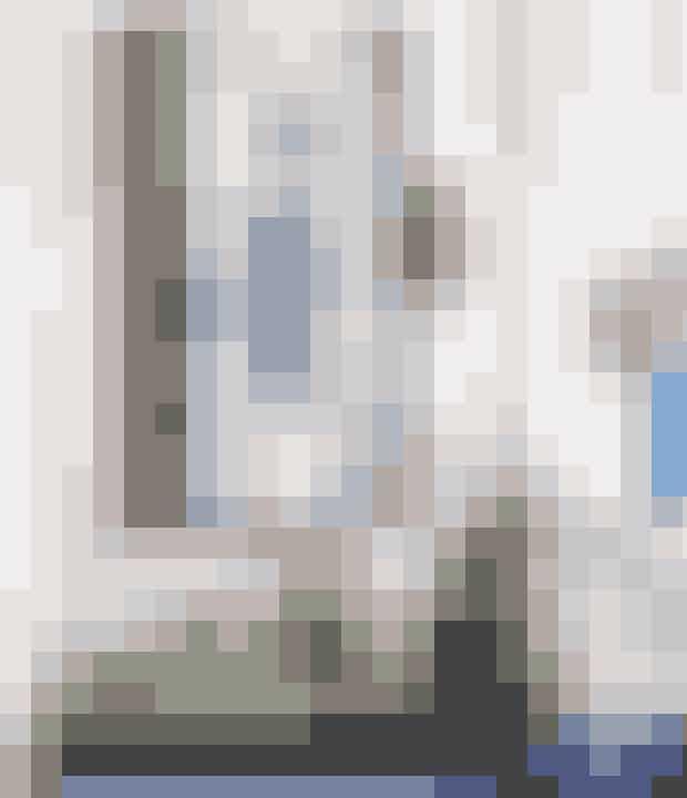 Lad farverne, men også formerne, spille sammen og gå igen. Hvis du fx har et abstrakt maleri eller billede hængende, så brug nogle af de samme farver, som maleriet indeholder, til din vaser eller krukker. Brug også gerne de samme mønstre. Grøn, blå og orange er en perfekt kombination, da de matcher i samme toning.