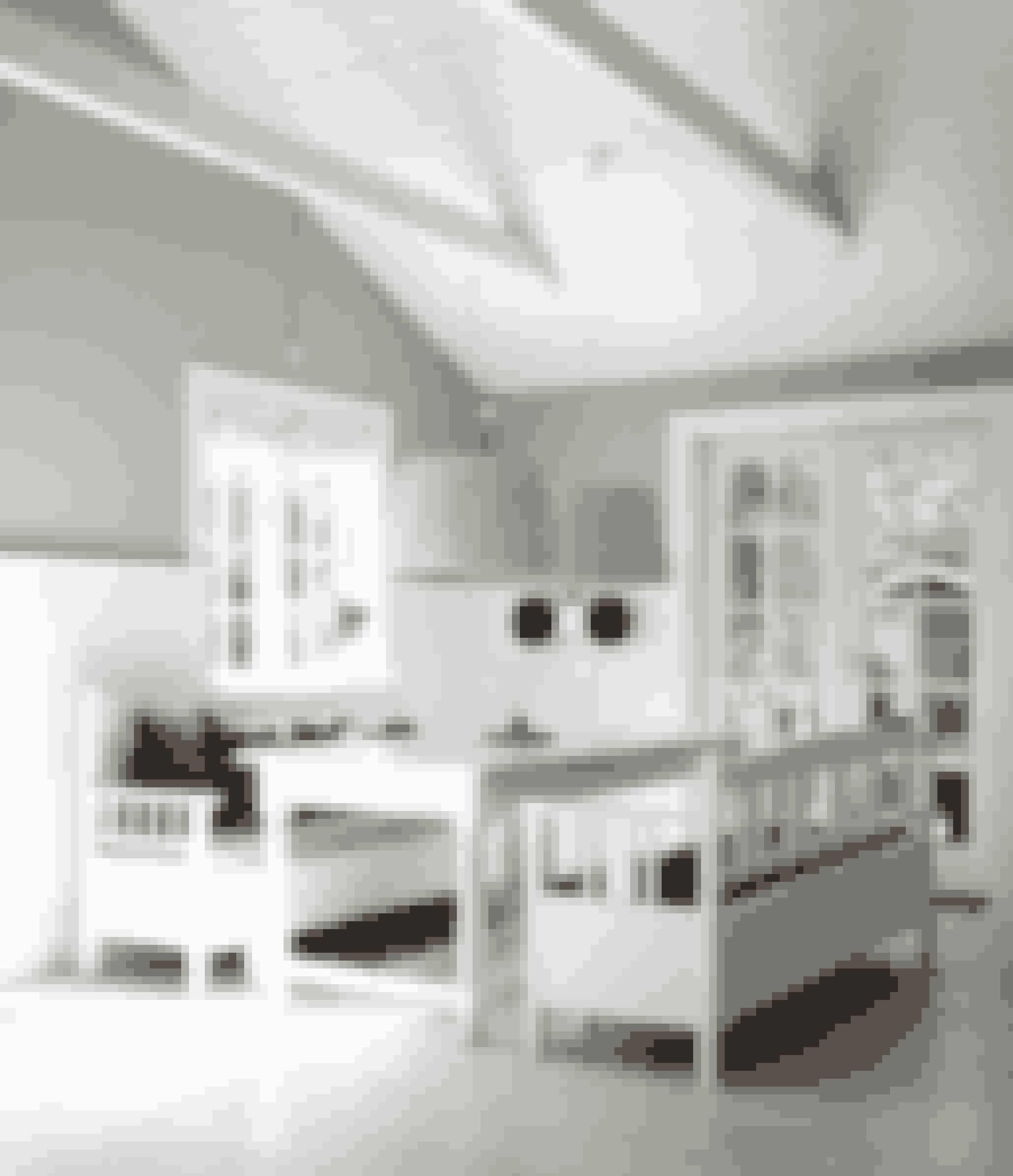 Du kan nemt skabe en stemning af 'svensk ødegård møder amerikansk strandvilla' ved at møblere med bænke frem for stole. De to store lamper fra Tine K Home samler hyggen om spisebordet, der er fra butikken Kronen i Jyllinge.