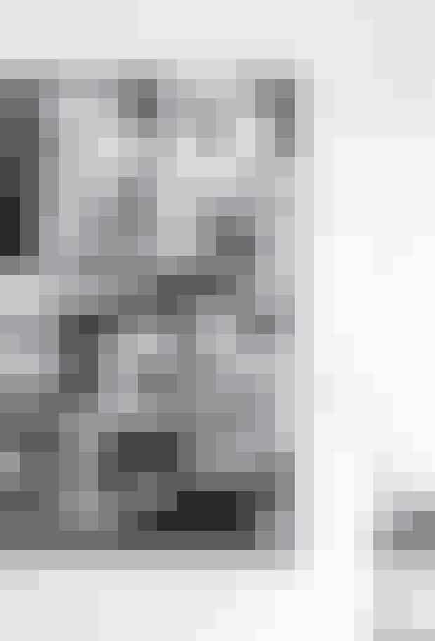 Køb en blød masonitplade, og beklæd den med stof. Du kan også bruge opslagstavlen til at kreere et moodboard med fotos, smykker, udklip og andre detaljer, der får dig til at falde glad i søvn.