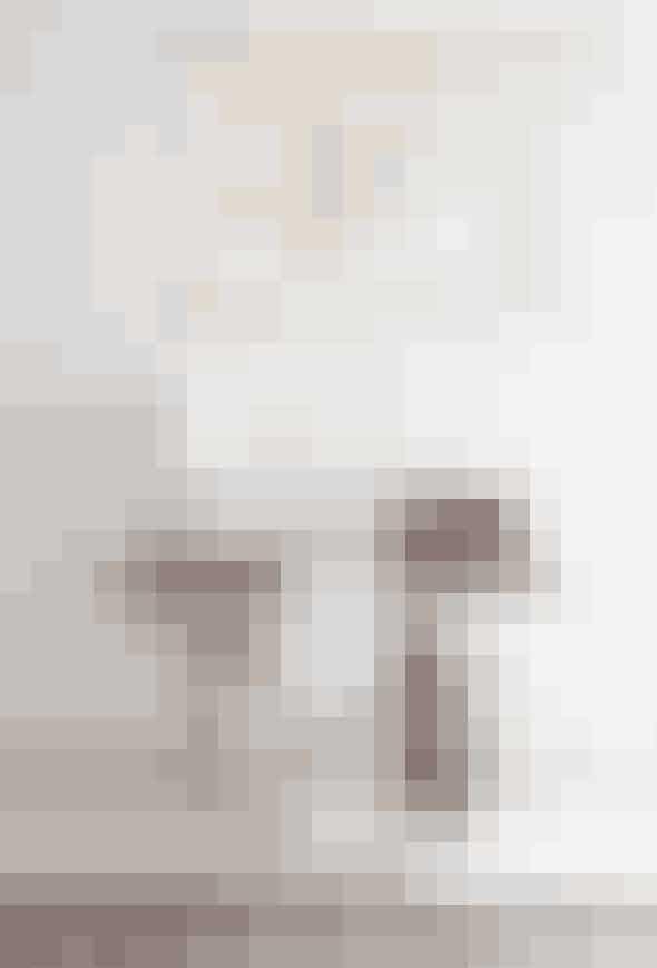 Bruger du mange timer foran skrivebordet, kan det være rart med noget blødt til fødderne og kroppen. Blød de rå elementer op med tæpper og tekstiler, der vil få dit rum til at syne mere balanceret. Hold dig til lyse nuancer og blide farver såsom pasteller, for at bevare ro i rummet.